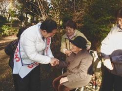 高齢者を激励する太田