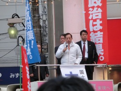 赤羽駅で街頭演説をおこなう太田(2014年11月30日)